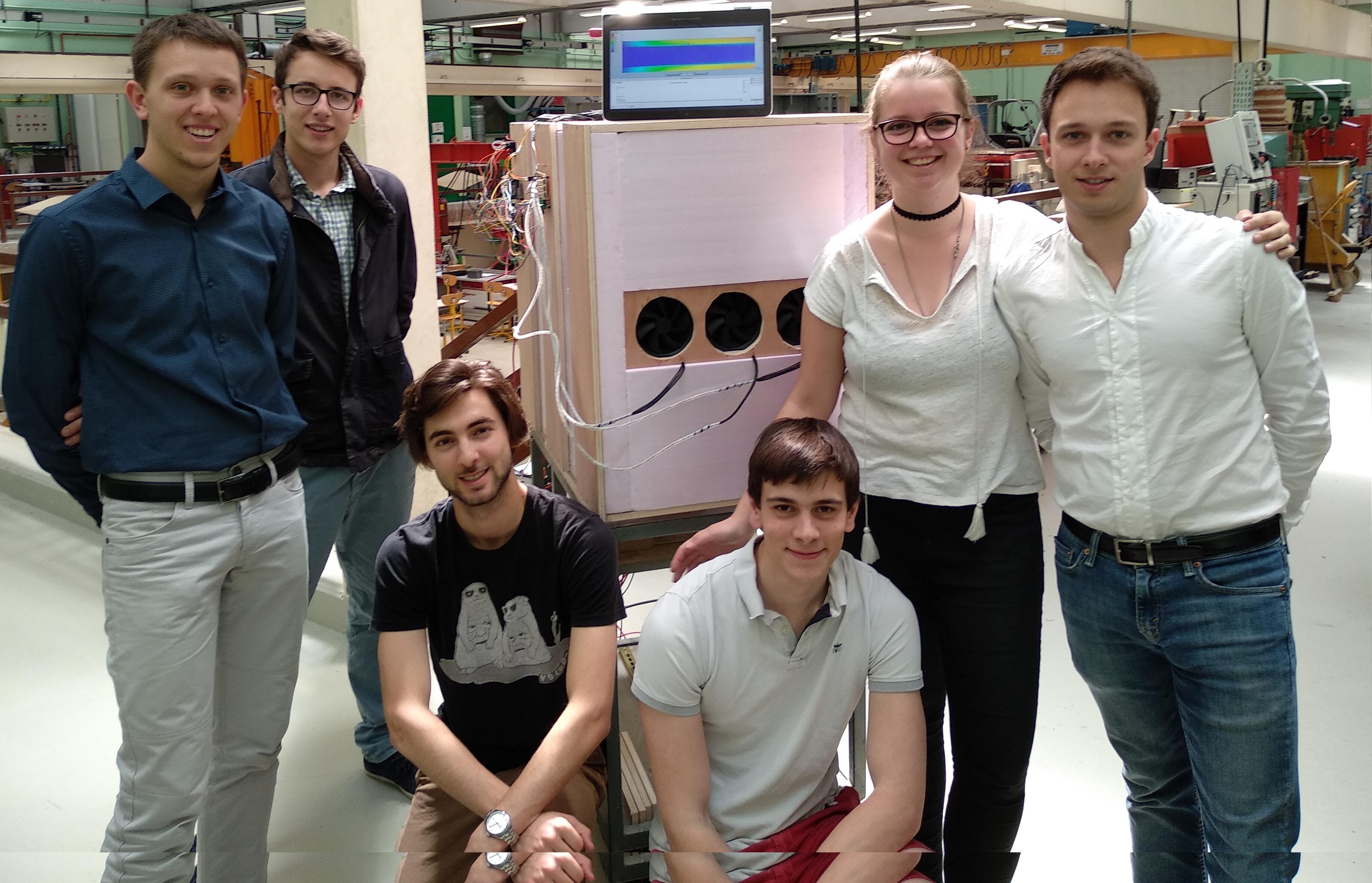 Élèves du projet P01 devant leur maquette réelle et un résultat de leur maquette numérique